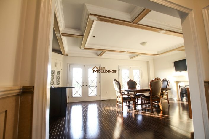 Ceiling box with side beams in the dining room